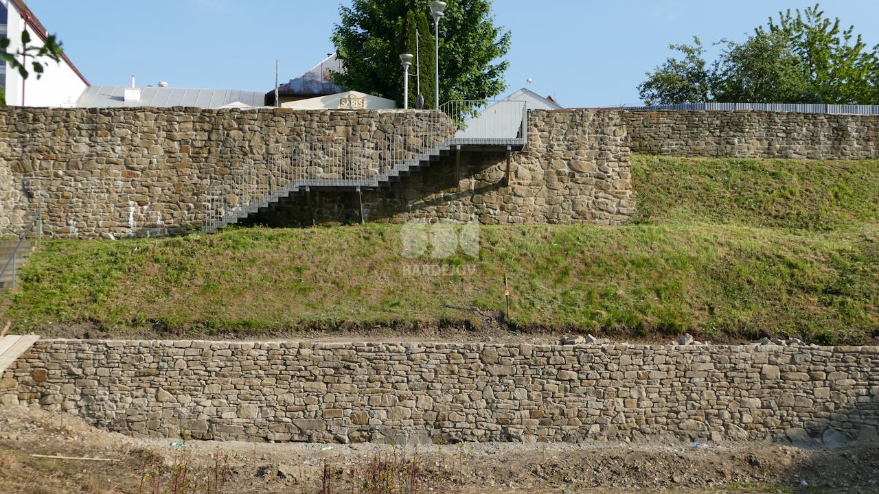 Obnova priekopového múru pri budove ECAV-u v severnej časti hradobného opevnenia
