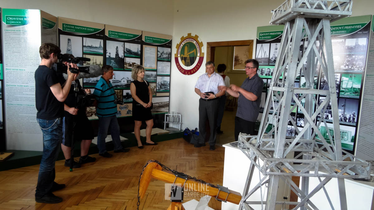 Geológa Stanislava Benadu sprevádza primátor mesta Gbely Jozef Hazlinger.