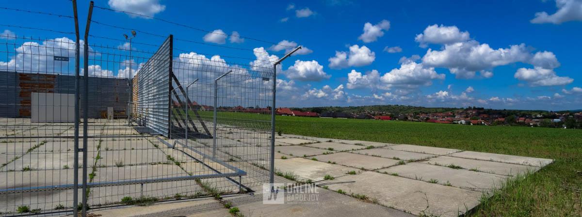 Ostrá hranica ťažby v kontraste s okolitým územím, ktoré je využívané na poľnohospodárske účely.