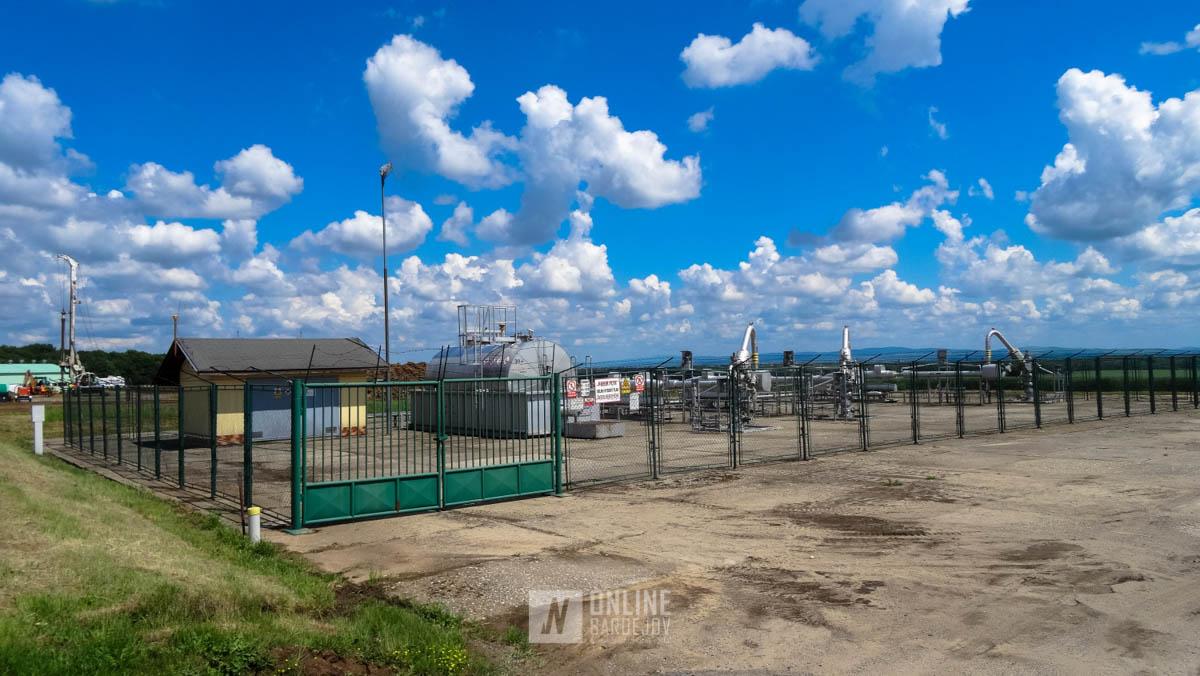 Vstup do areálu je zapezpečený plotom. Všade okolo neho je umožnený voľný pohyb.