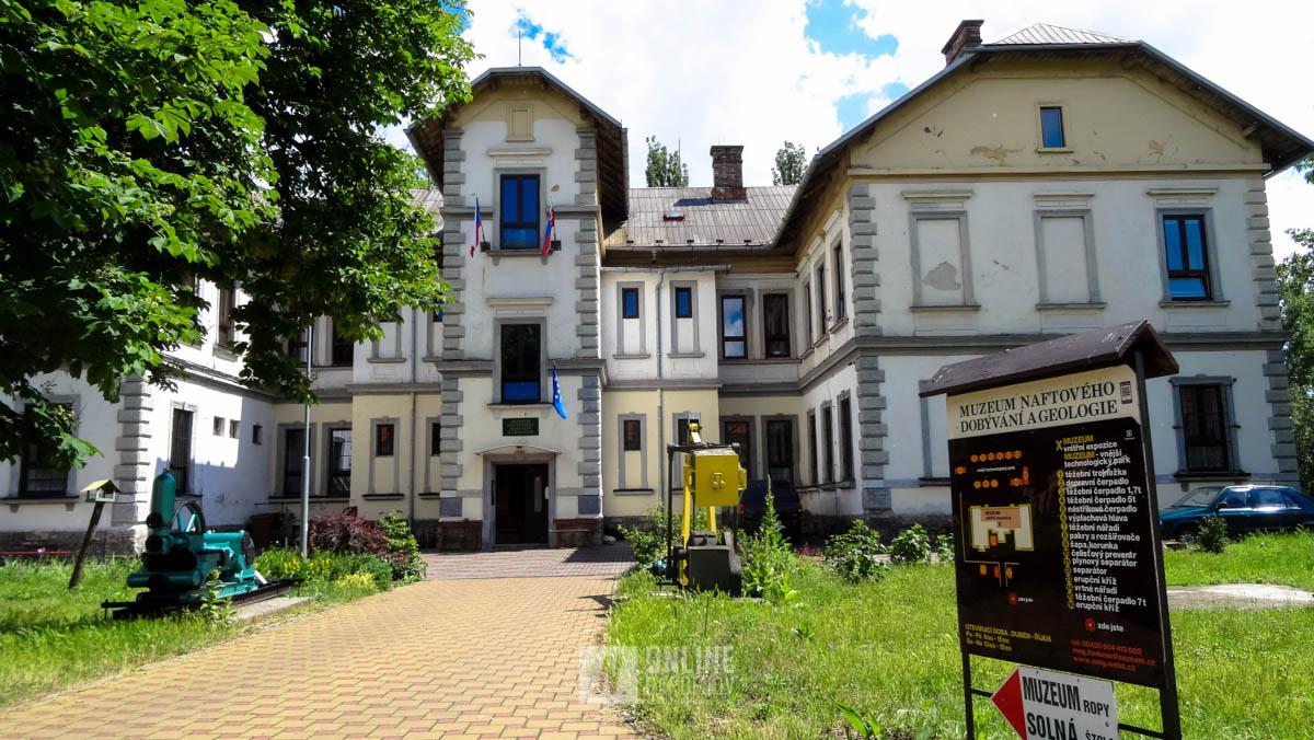 Vstup do Múzea naftového dobývaní a geologie. Múzeum je členom Asociácie múzeí a gelérií Českej republiky.