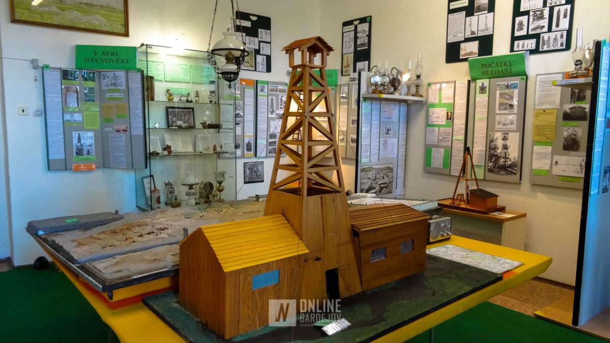 Model vŕtnej veže v expozícii múzea.