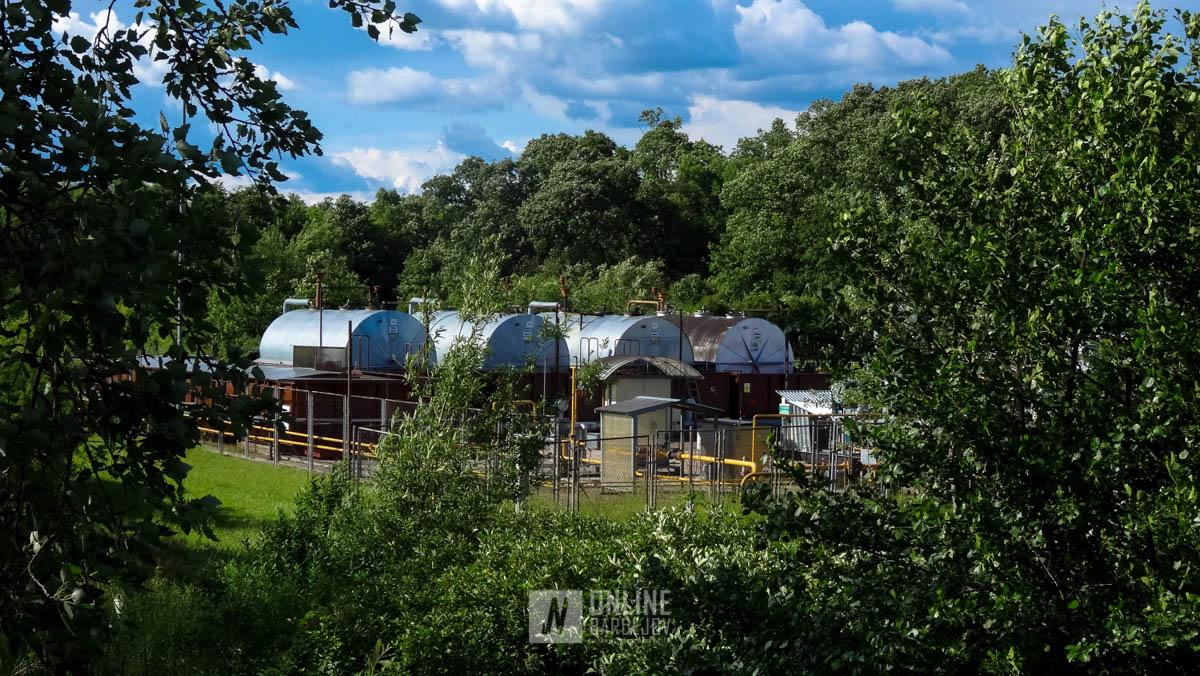 V areáli sú umiestnené štyri zásobníky na vyťaženú ropu s kapacitou 50 m³.