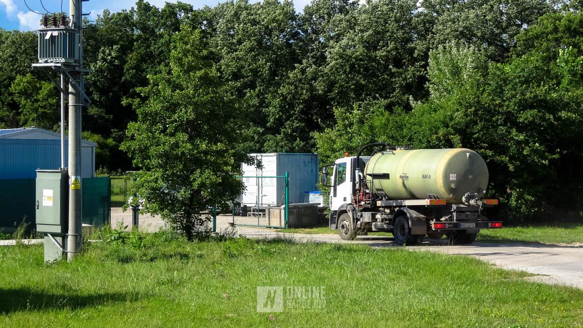 Vyťažená ropa je vyvážaná na nákladných automobiloch na ďalšie spracovanie.