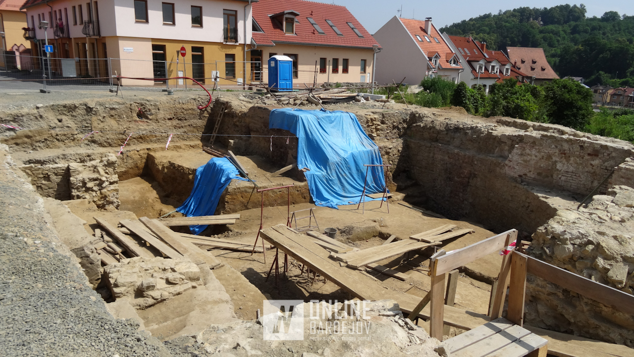 Práce na južnej bráne s barbakánom odhaľujú ďalšie prvky stredovekého opevnenia