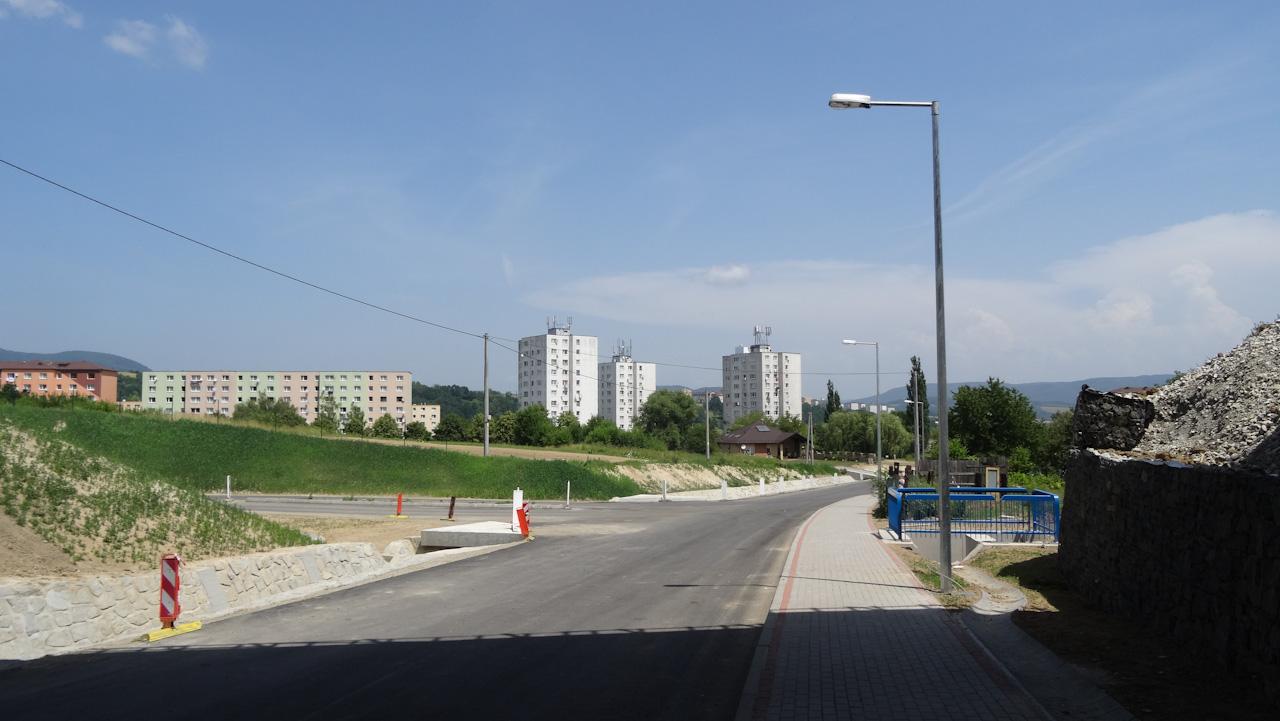 Trasu obchvatu už z veľkej časti pokrýva vrstva asfaltu, dokončujú sa mostné objekty.