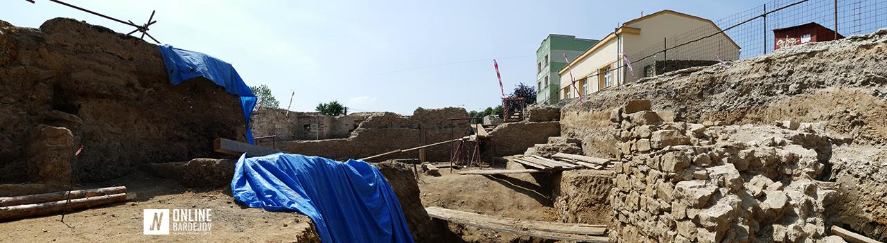 Celkový pohľad na odkryté nálezisko so zvyškami múrov