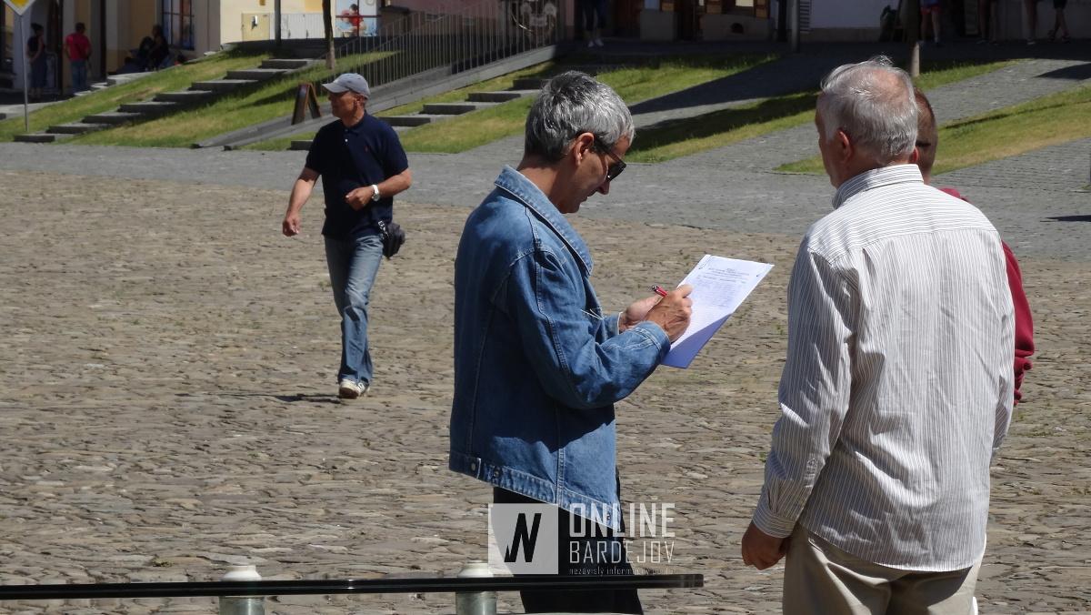 Po stretnutí na mestskom úrade občania začali zberať podpisy do petície