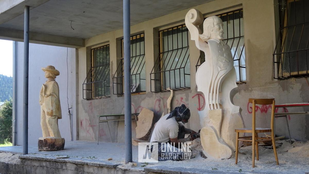 Štyria umelci oživujú historické postavy v drevených sochách