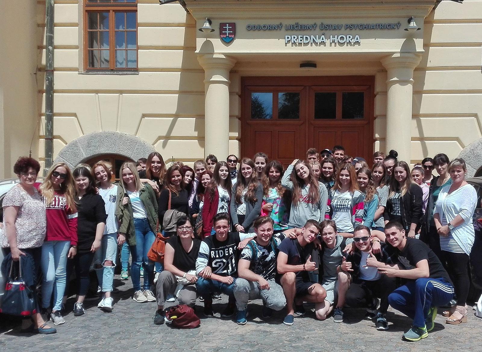 Študenti Súkromného gymnázia pred budovou ústavu.