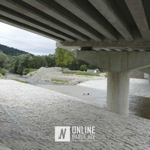 Juhozápadný obchvat mesta - pohľad spod mosta vedúceho cez Topľu