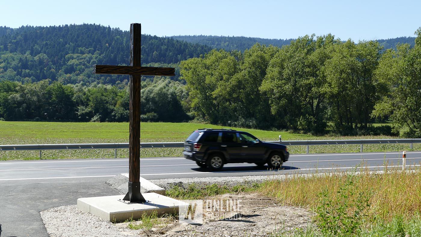 Popri novej preložke cesty I/77 v časti Pod Dúbravou bol osadený drevený kríž