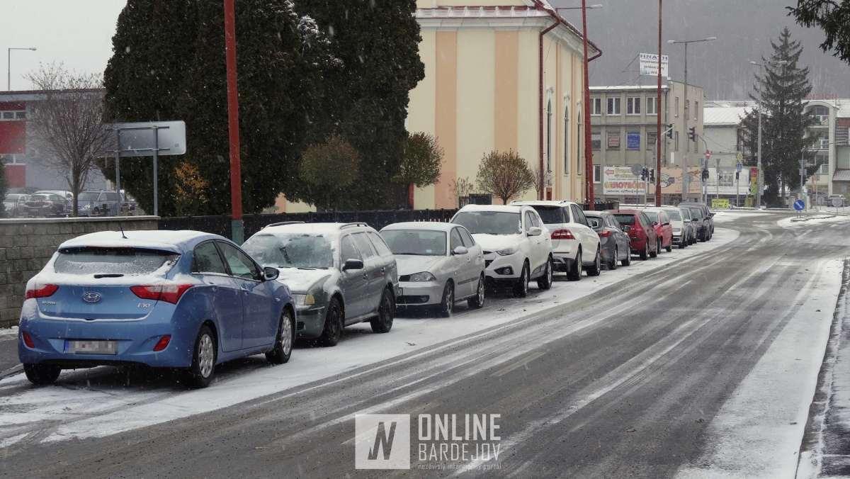 Štyria vodiči zaparkovali autá pri kostole v protismere