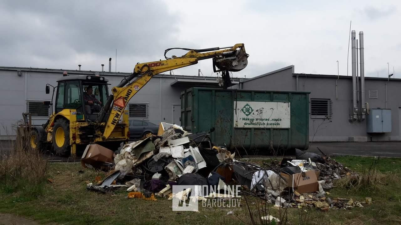 Kopa odpadu vyprataná na jar tohto roku