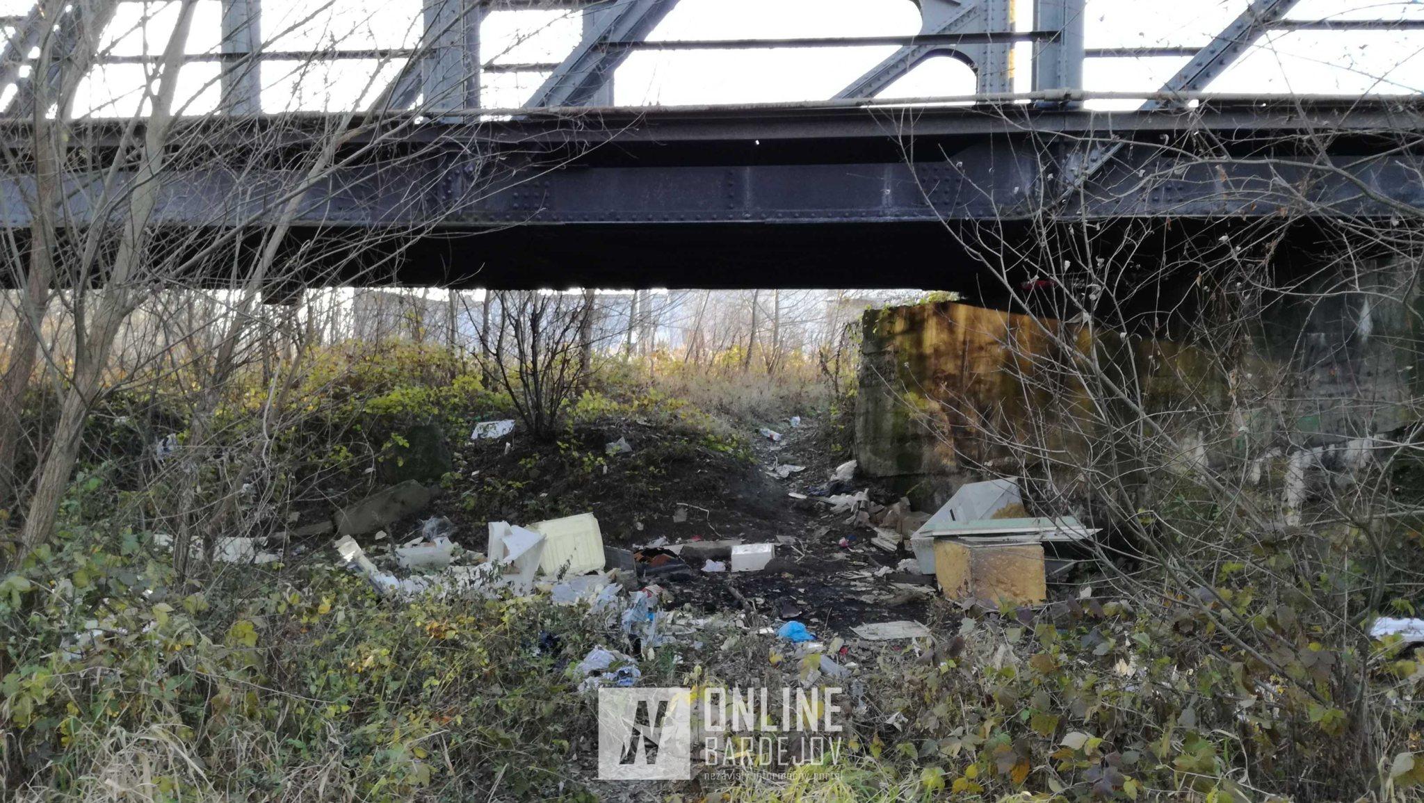 Odpad pod mostom sa hromadí aj v súčasnom období