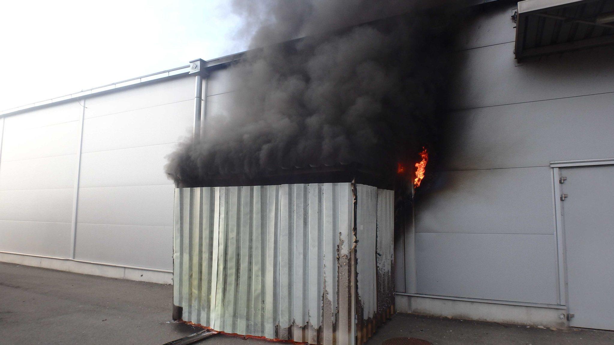 Požiar príručného skladu predajne obchodného centra poškodil plášť budovy