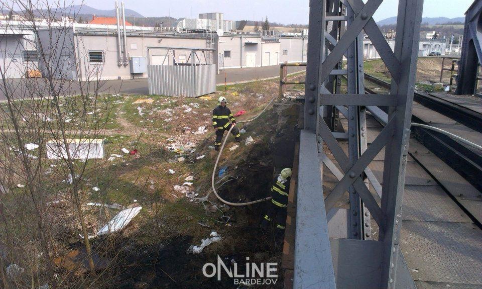 Bardejovskí hasiči pri zásahu za OC Bardejov 20. apríla 2013