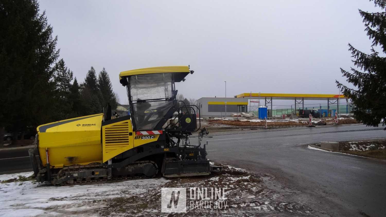 Finišer je v blízkosti stavby pripravený na pokládku asfaltu