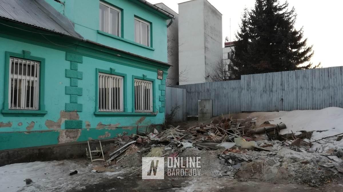Stavebník na Andráščikovej 26 vyhádzal odpad na ulicu