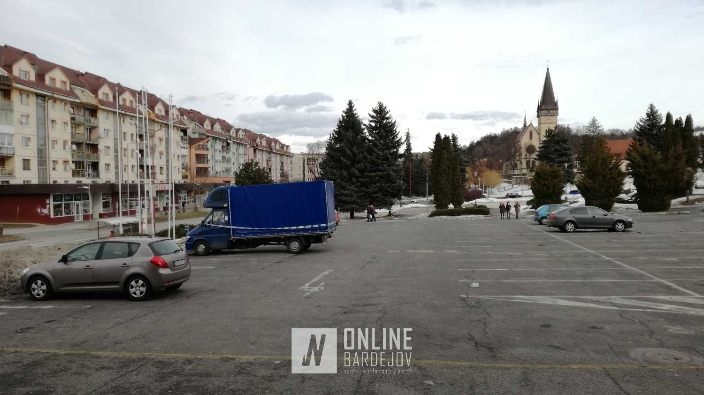 Zapečatené vozidlo pred športovou halou zaberá od 15. februára dve parkovacie miesta.