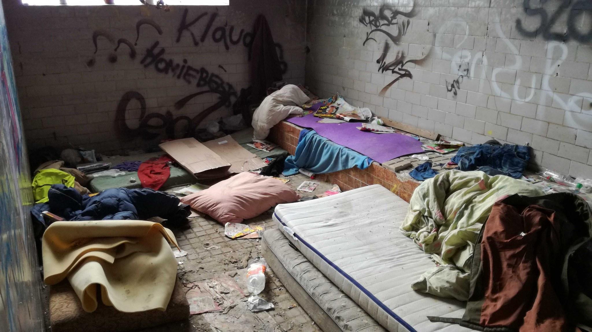 V poslednom objekte bývalých bardejovských kasární sa usídlili ľudia z ulice. Spia vo vlastných výkaloch.