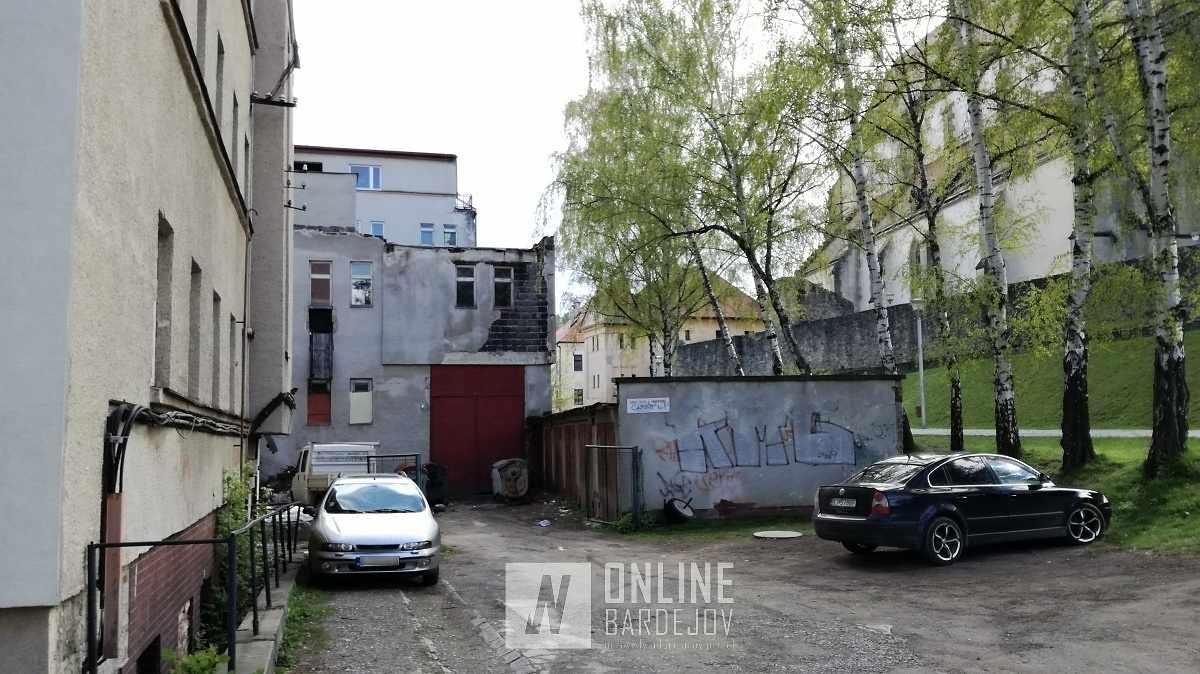 Páchatelia sa do priestorov bývalého hotela mali dostať zo zadnej strany objektu.