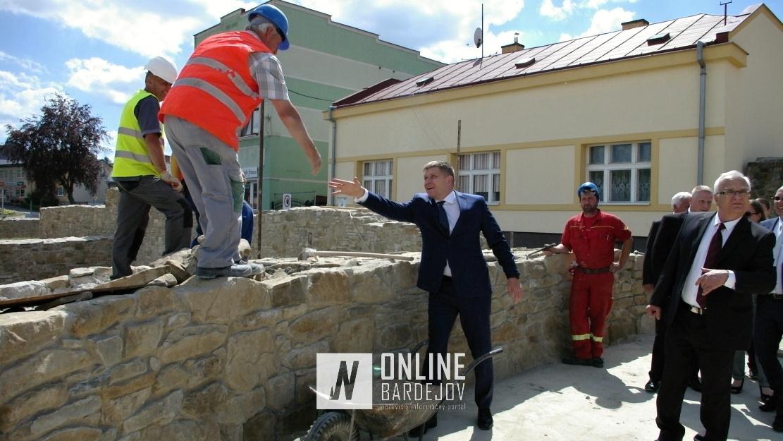 R. Fico neobišiel ani pracovníkov na stavbe hradobného múru Južnej brány.