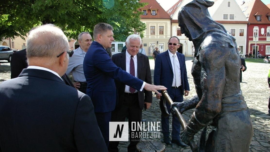R. Fico neobišiel sochu bardejovského kata na Radničnom námestí.