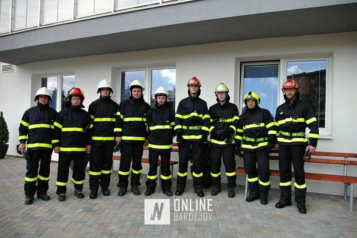Dobrovoľní hasiči z Bardejova a Sveržova po zásahu, v rámci taktického cvičenia.