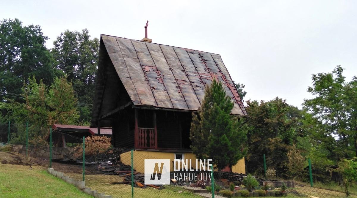 Nedeľný požiar chatu zničil natoľko, že majiteľ ju bude musieť zhodiť.