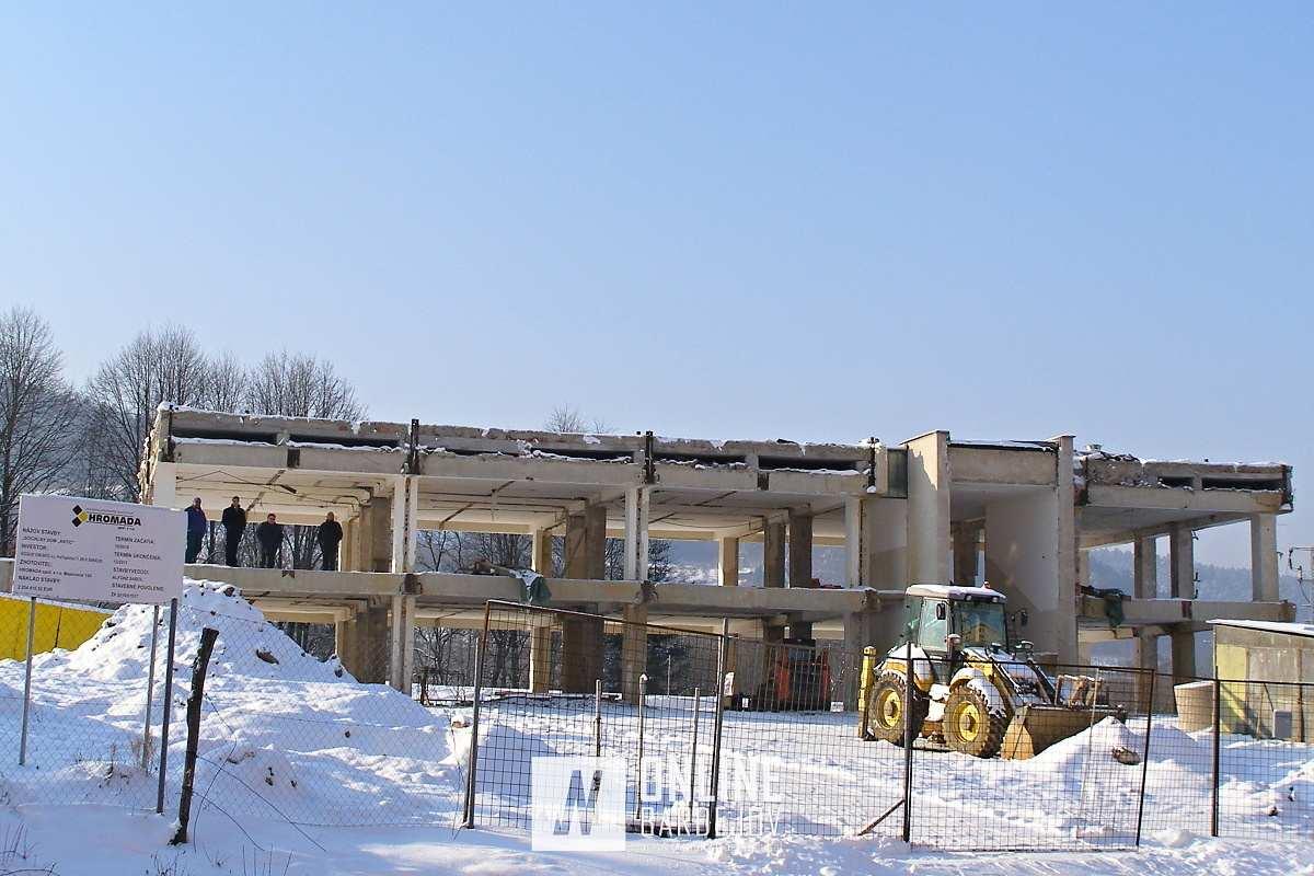 Rok 2010. Začiatky realizácie výstavby sociálneho domu. Z pôvodnej budovy ostal len betónový skelet.