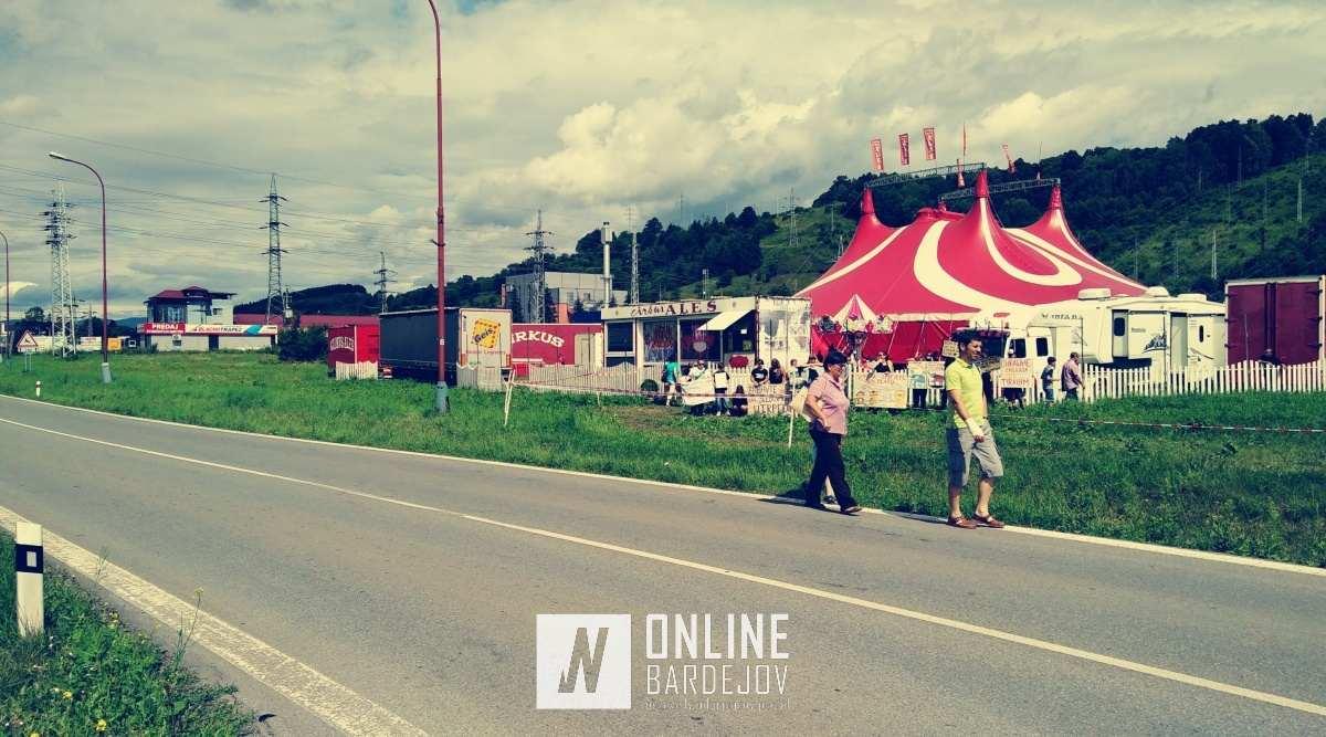 Skupinka Bardejovčanov vyprevadila cirkus transparentmi