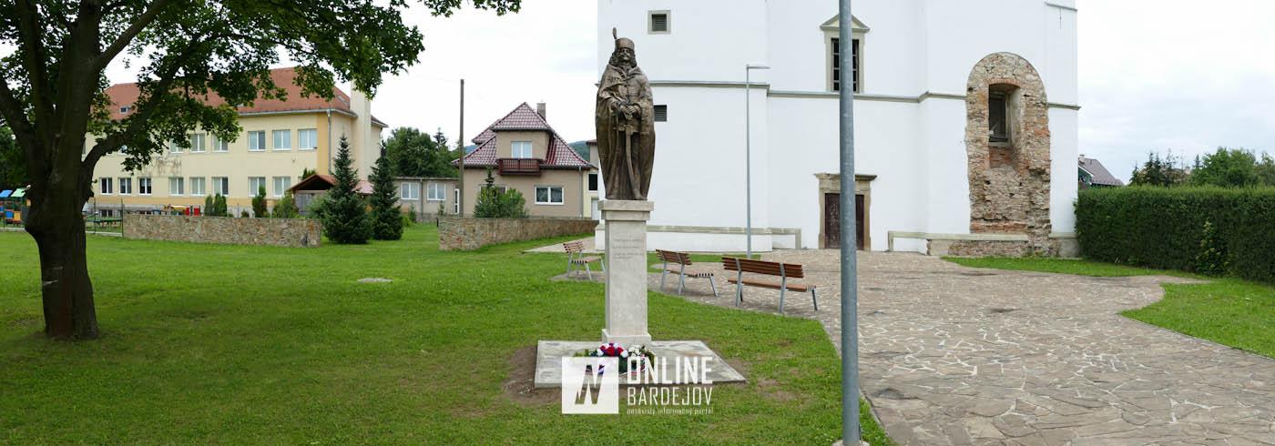 Zborov zdobí socha Františka II. Rákocziho