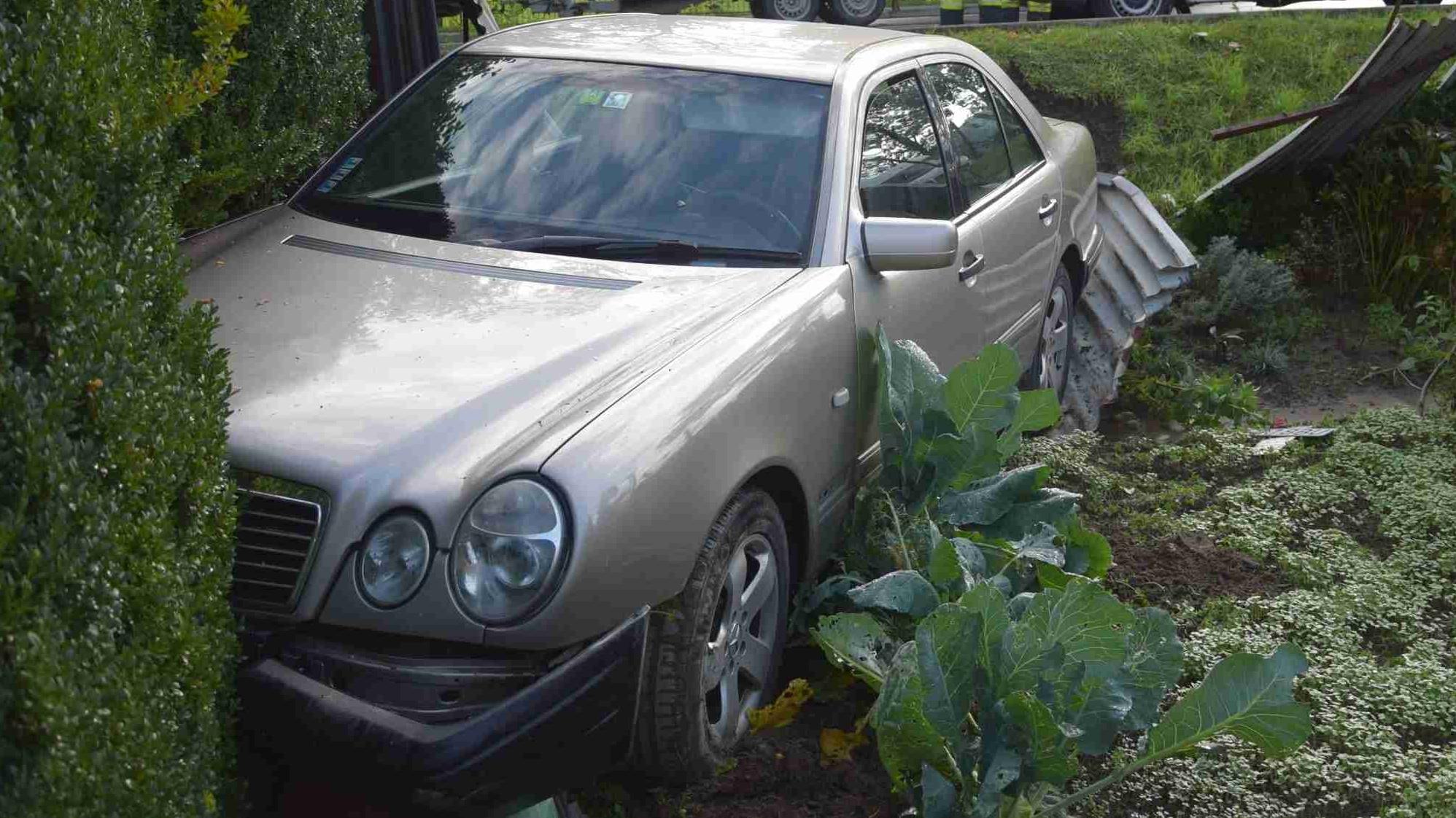 Mladík s Mercedesom skončil po nevydarenom predbiehacom manévri v kaleráboch