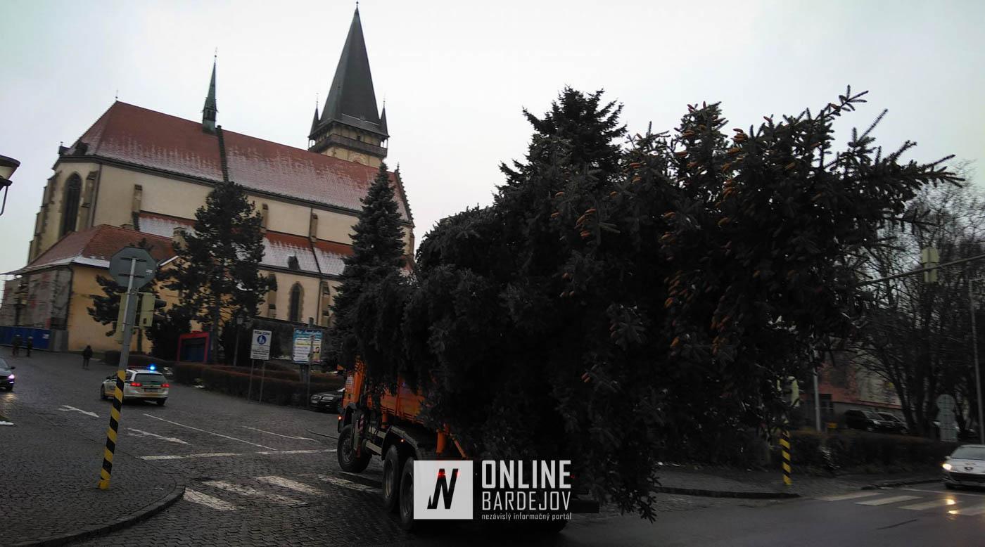 Zo Zborova doputoval na Radničné námestie vianočný stromček