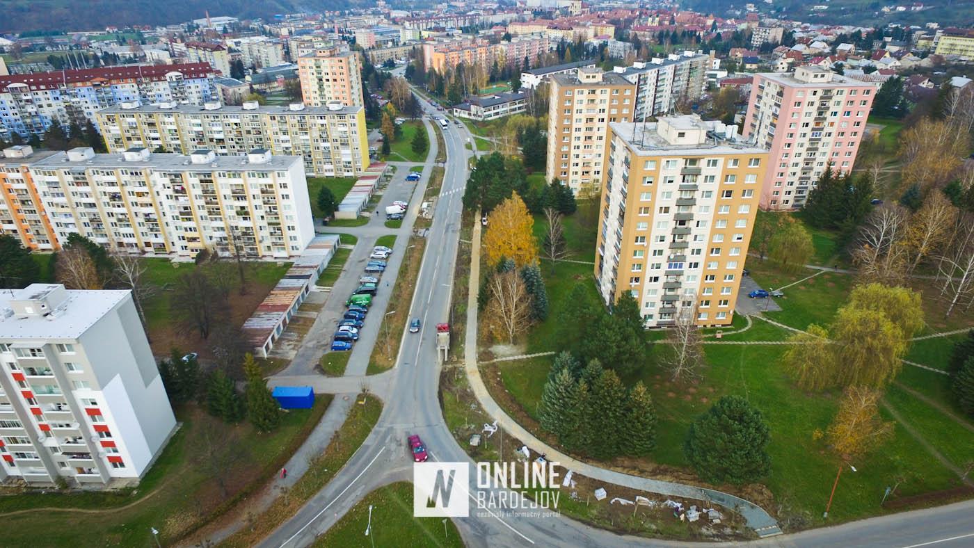 Nový chodník na Komenského ulici pred dokončením