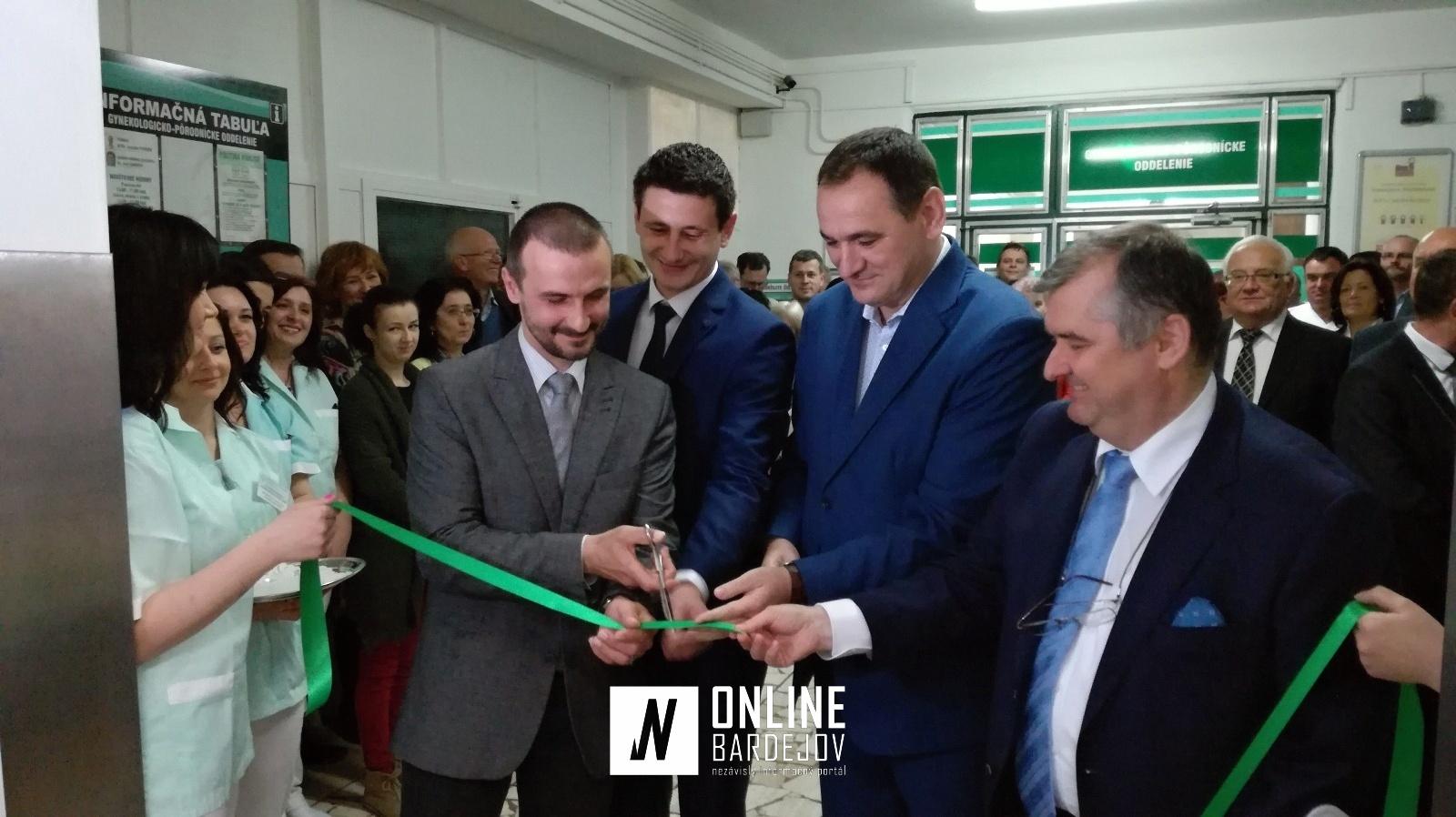 Strihanie pásky. Zľava: J. Petrišin - primár, M. Brdársky - predseda správnej rady nemocnice, P. Chudík a M. Petko - riaditeľ nemocnice