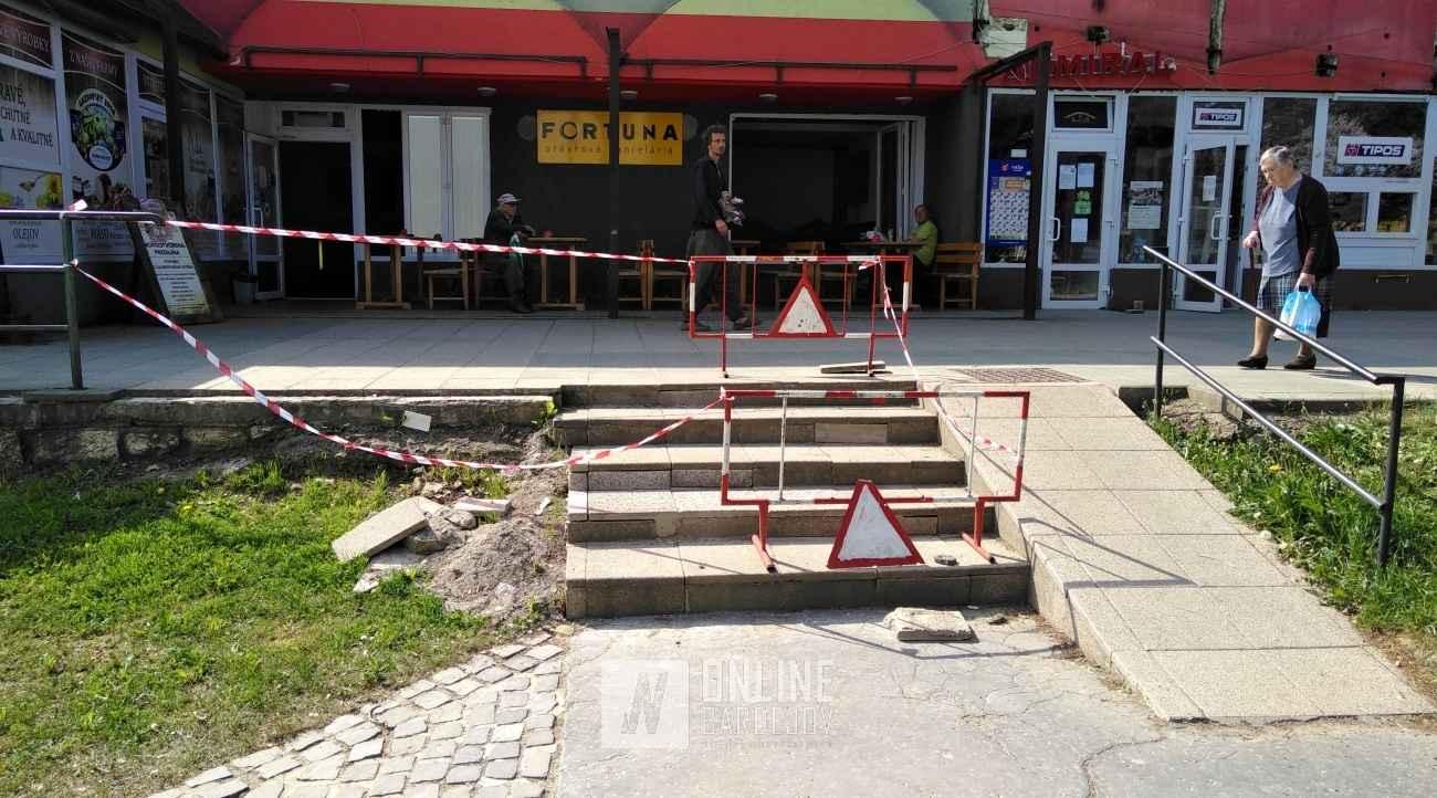 Opravujú schody, ktoré sa takmer celé rozpadli! Čo s ostatnými poškodeniami, je otázne.