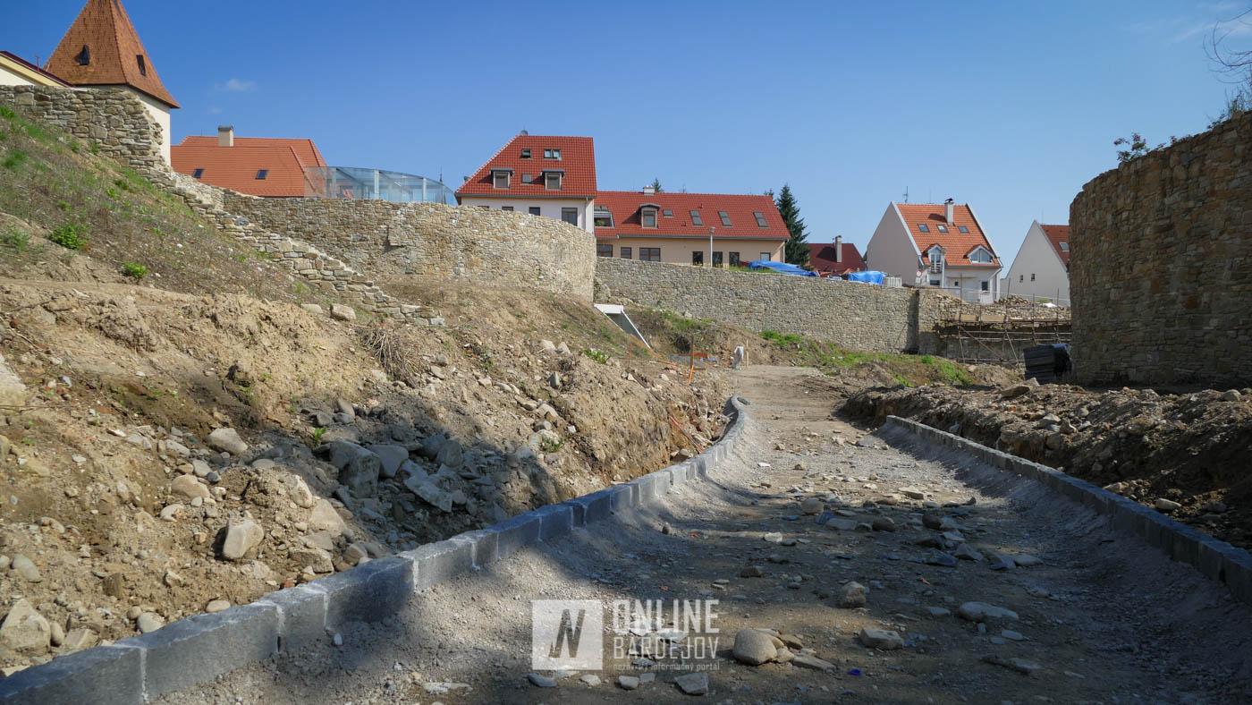 OBRAZOM: Priekopový múr, nový chodník v priekope a Hrubá bašta s lešením
