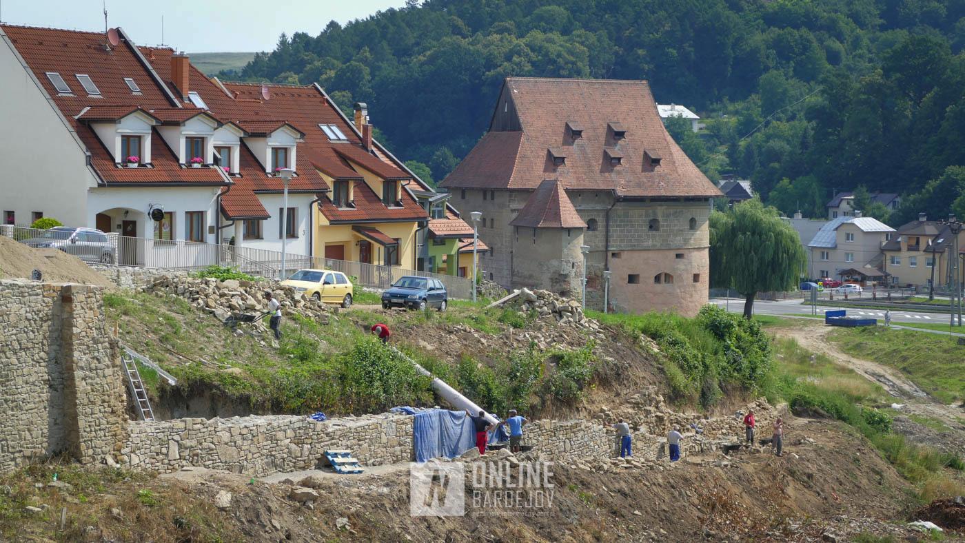OBRAZOM: Postupujúca obnova priekopového múru v juhovýchodnej časti opevnenia
