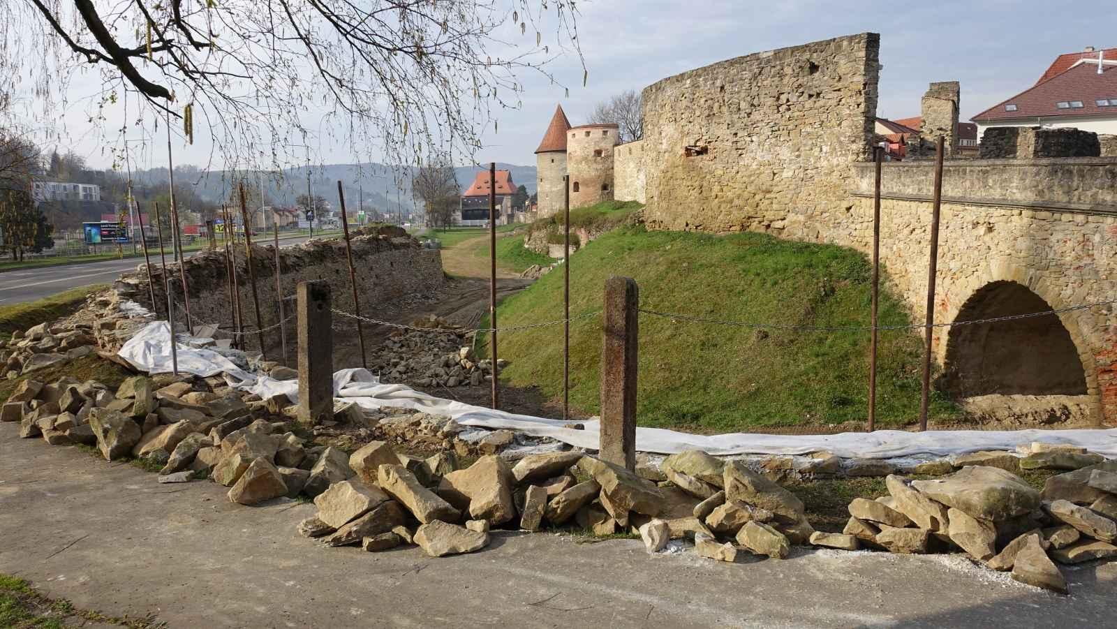 OBRAZOM: Veľká obnova hradieb na dolnej bráne napreduje!