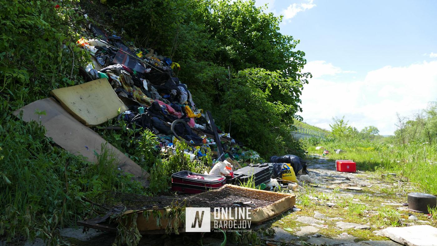 Upratovanie vo veľkom! Bezdomovcami nahromadený odpad skončil vyhadzaný pod brehom chaty.