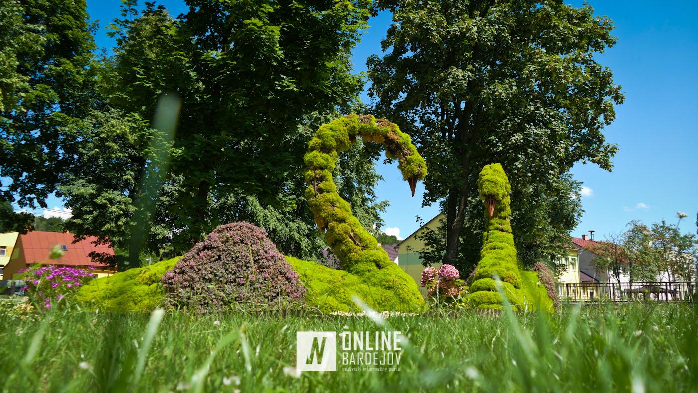 V Lenartove sa inšpirovali Krynicou. Obec zdobia kvetinové sochy labutí a pávov