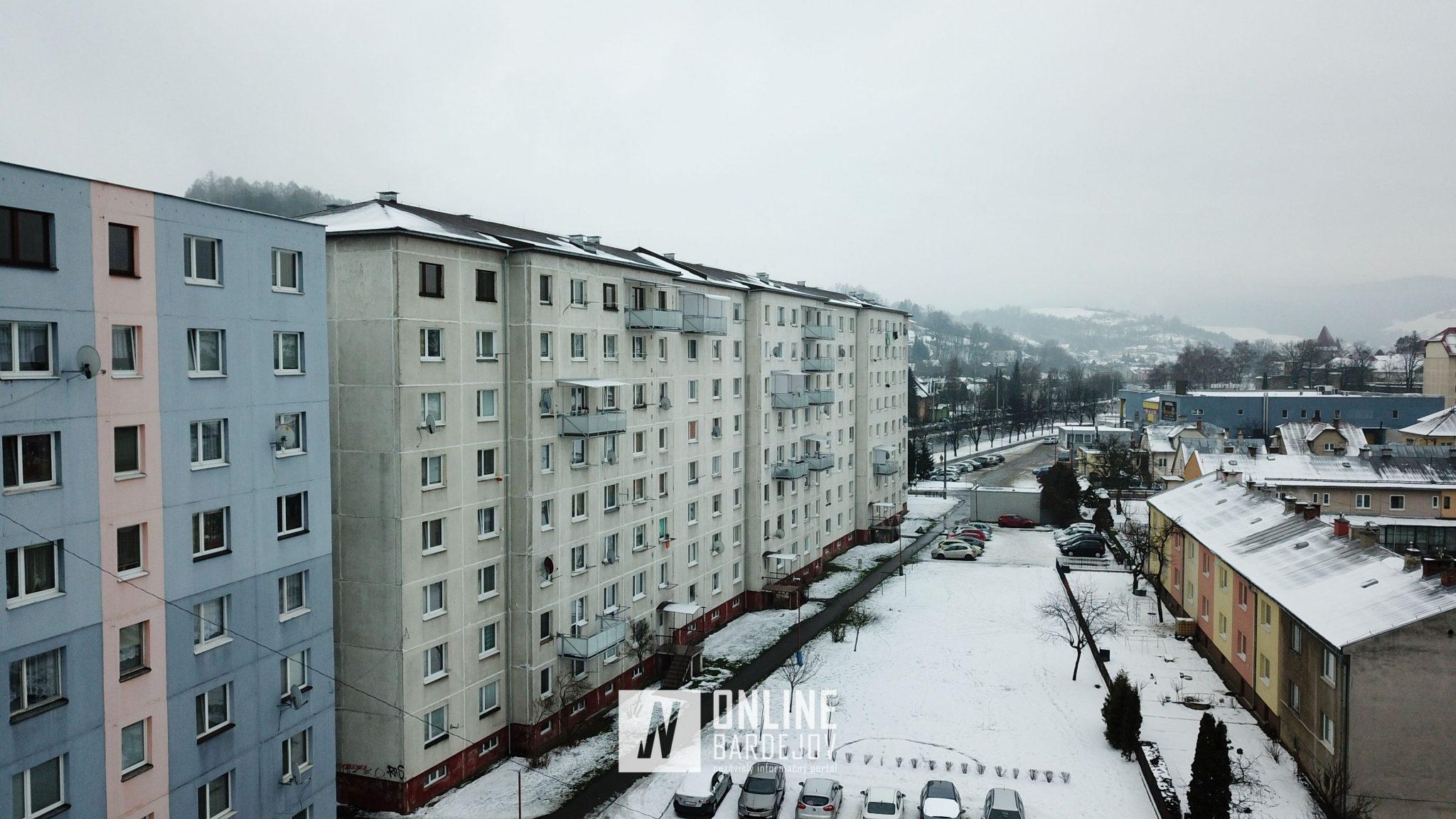 Panelák na Slovenskej ulici a vskutku netradičné riešenie balkónov.