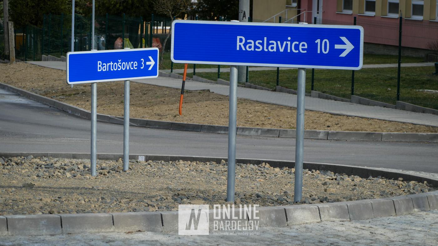 OBRAZOM: V obci Hertník dokončená nová kruhová križovatka. Most za obcou vo výstavbe.
