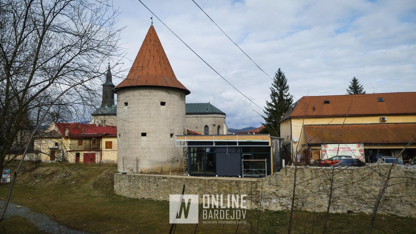 V areáli kláštora františkánov vyrástol nový objekt. Budúca kaviareň stojí doslova na hradbách.