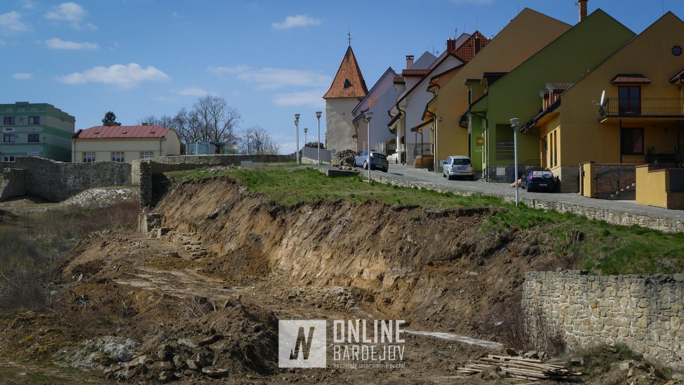 OBRAZOM: Pokračujúce práce na obnove priekopového múru v juho-západnej časti opevnenia