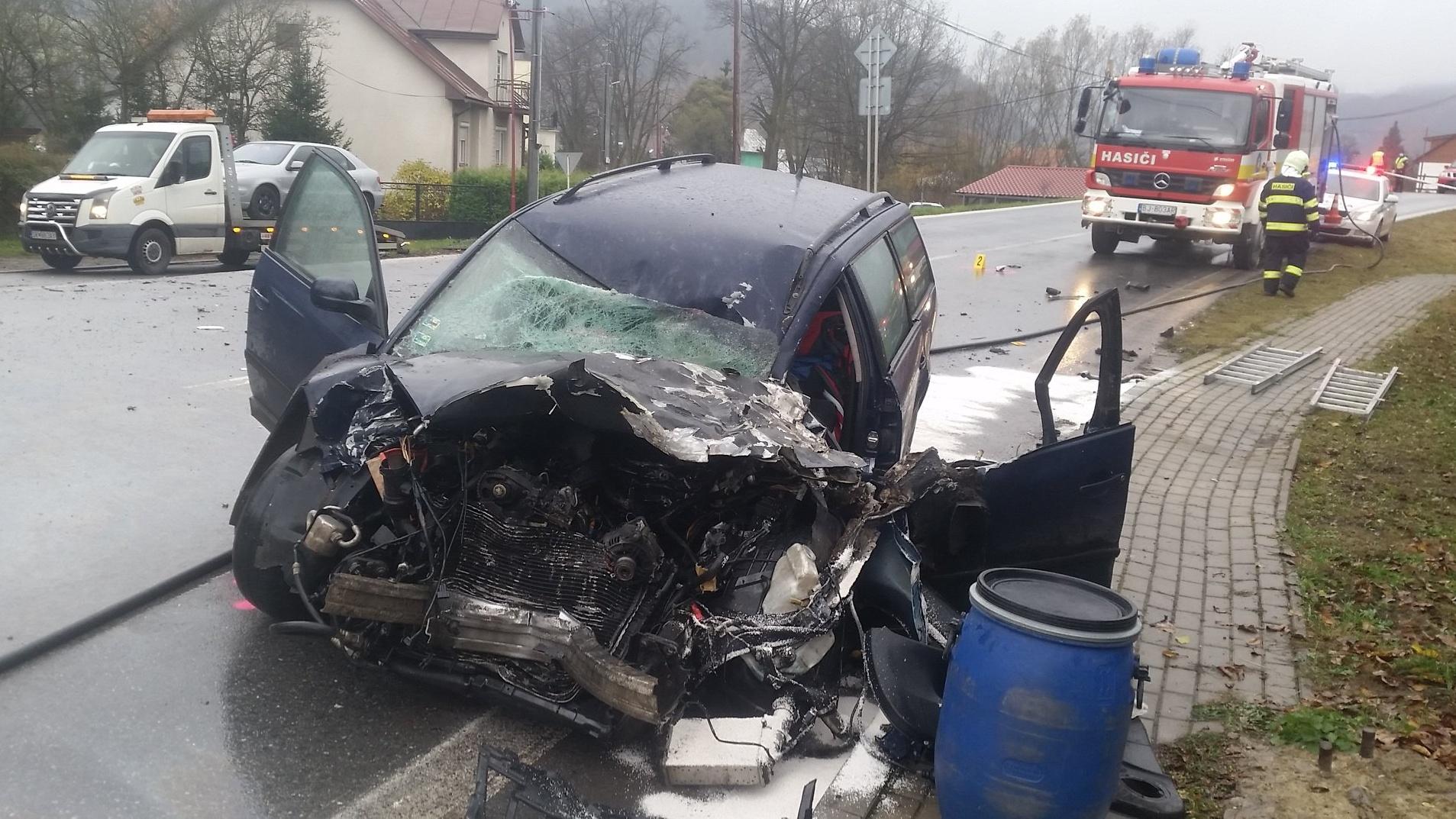 Vážnu dopravnú nehodu v Zborove zavinil 20-ročný vodič! V nemocnici skončil aj kamionista.