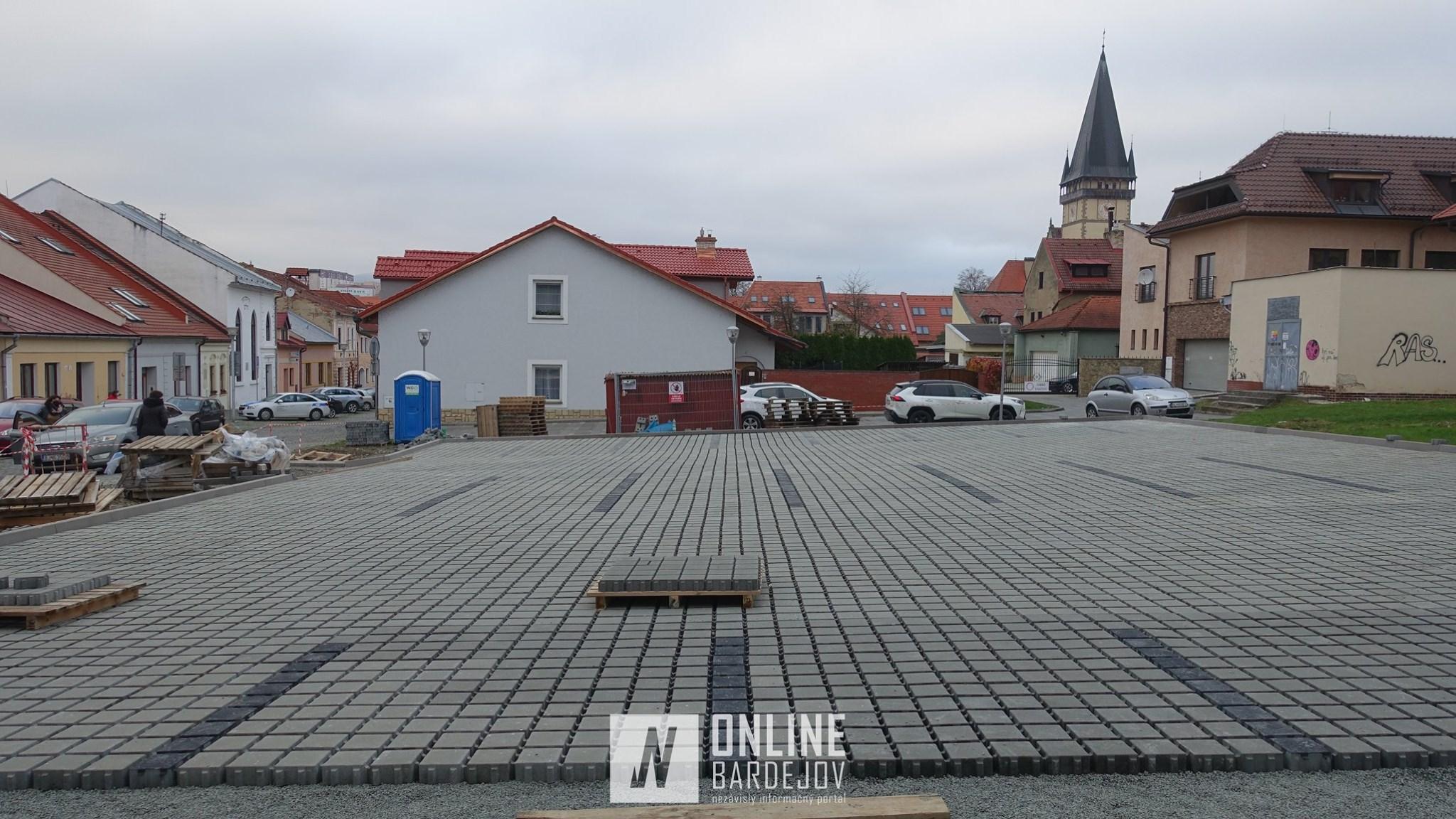 Výstavba na Kláštorskej sa opäť odkladá, parkovisko vydláždili