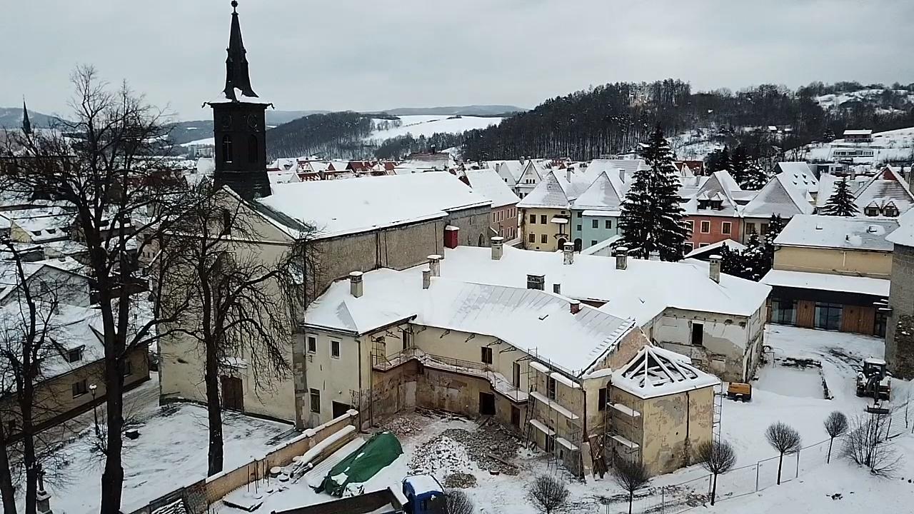 Pohľad na komplex františkánskeho kláštora pred jeho opravou